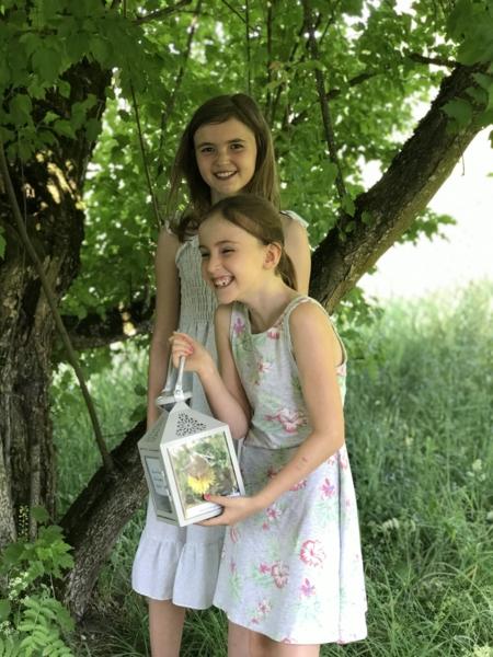 Barn som holder en lykt i hagen til Bjørnstjerne Bjørnson.