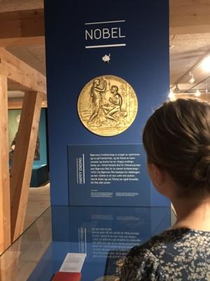 Dame som ser på nobelmedaljen til Bjørnstjerne Bjørnson.