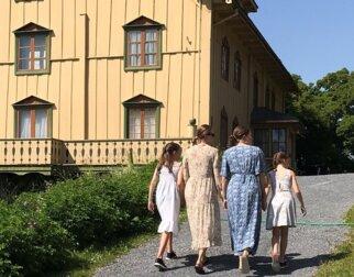 Gjester som går opp til hjemmet til Bjørnstjerne Bjørnson på Aulestad.