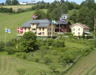 Avstandsbilde der vi ser husene på Aulestad