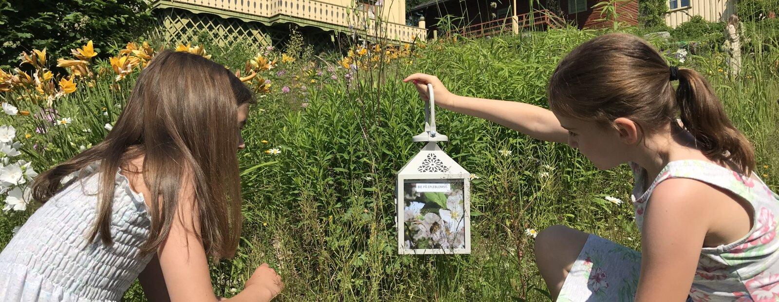 Barn som ser på en lykt i hagen til Bjørnstjerne Bjørnson.