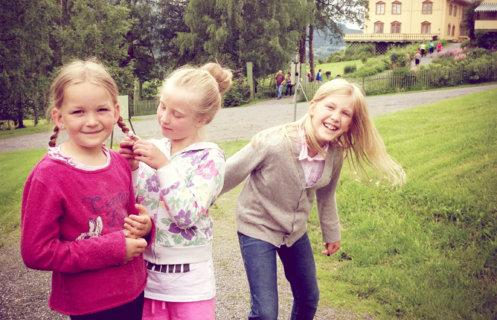 Glade jenter foran Bjørnstjerne Bjørnsons hjem Aulestad.