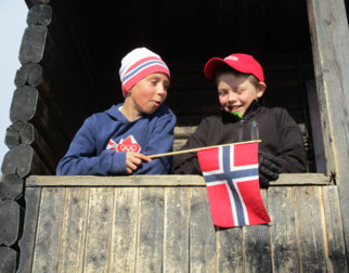 To gutter med norsk flagg.
